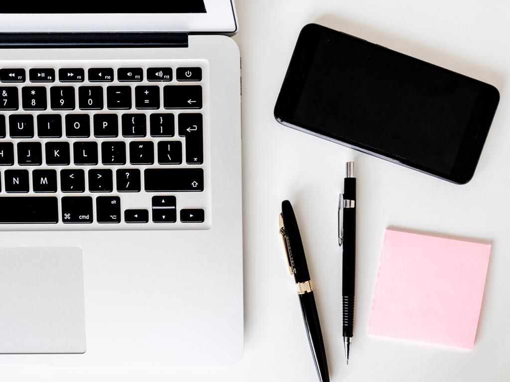 パソコンとノート:神社サイト運営で大切なこと