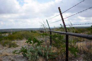 鉄柵:境界線をひく